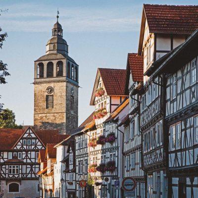 Fachwerk-in-der-Kirchstraße-mit-Blick-auf-St.-Crucis